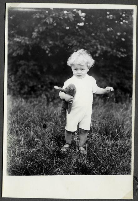 Albuma19 Kleinkind mit Teddy, 1930er