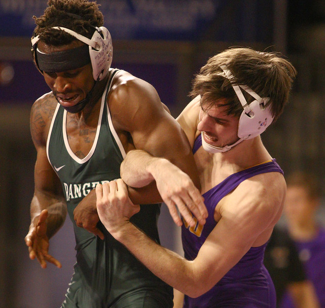 141: Louie Sanders (MSU) wins an 8-4 decision over Pernevlon Sheppard (UWP)| 9-3 UWP - 191219mk0013