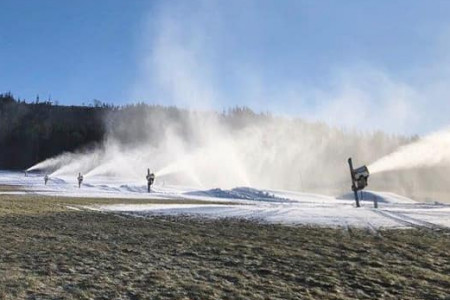 Aktuálně: v Česku se omezeně lyžuje i bez sněhu, v Alpách téměř plný provoz