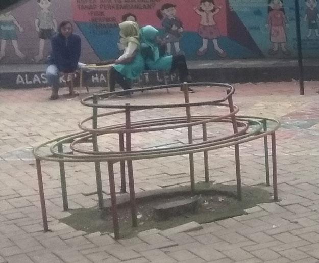 kursi-besi-bundar-wahana-bermain-anak