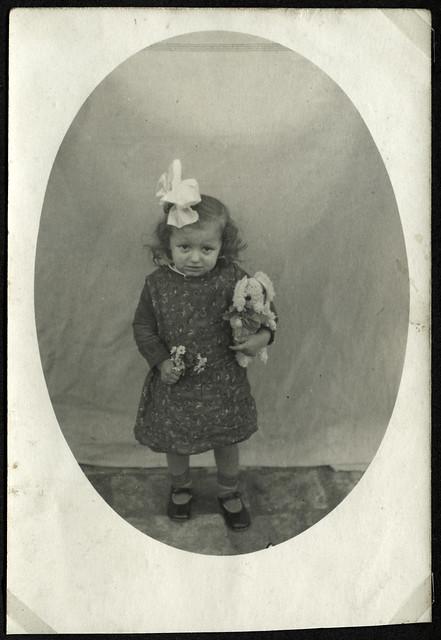 Albuma20 Mädchen mit selbstgefertigten Teddybär, 1920er