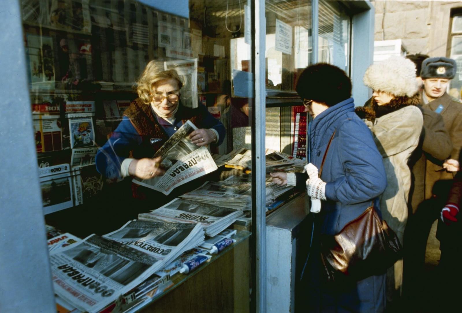 1986. Жители Москвы покупают газеты в киоске