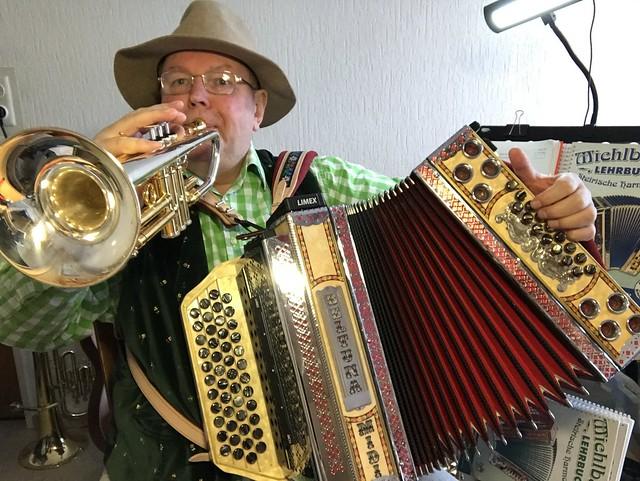 Diatonic Round Button Accordion - Trumpet and Bass of the Diatonic Accordion at the same time a song - Deutsch: Ein Lied mit Steirischer Hamonika (Bass) und Trompete gleichzeitig