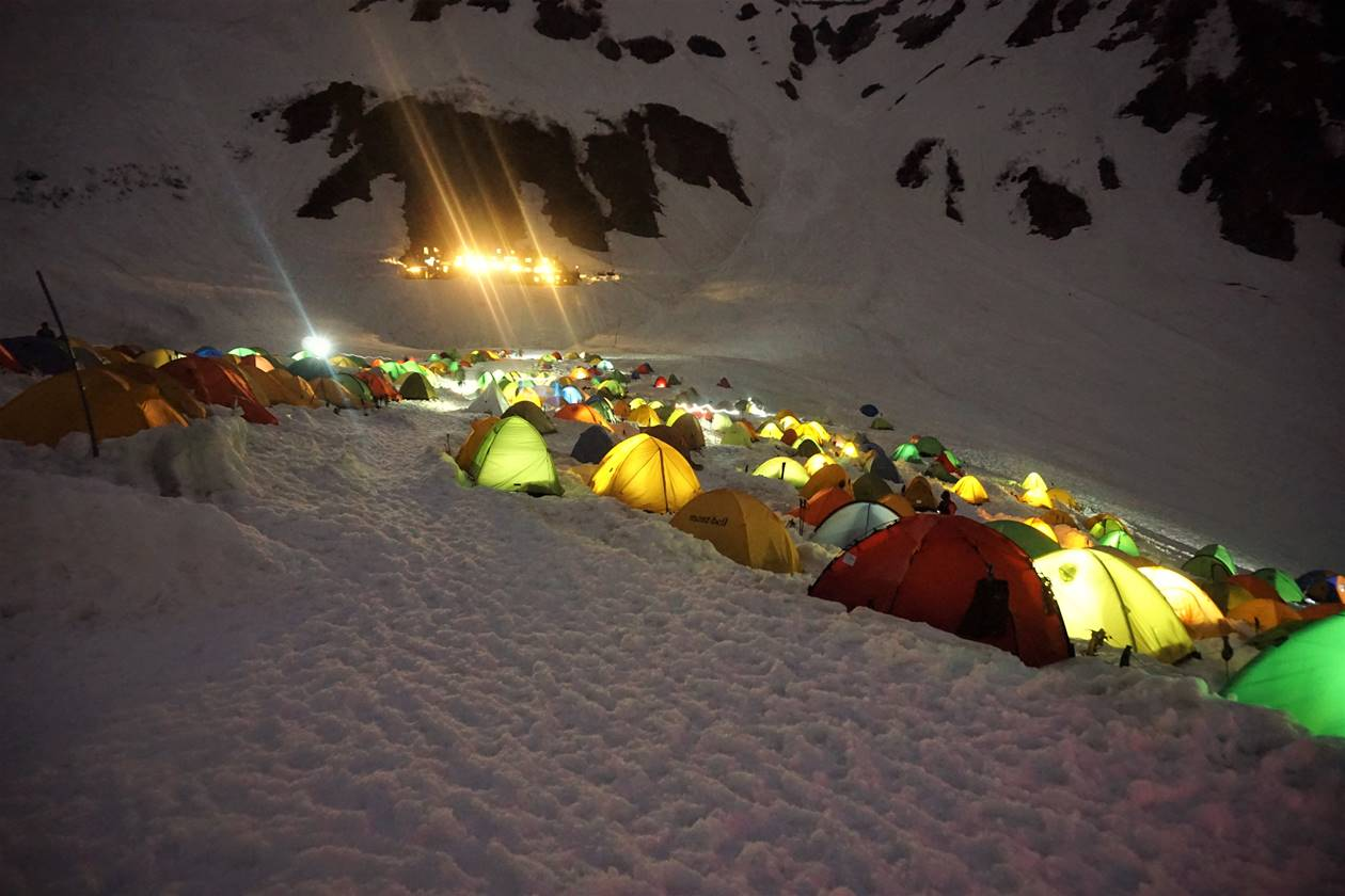 雪の上のテント村