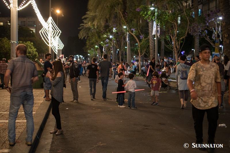 Israelin itsenäisyyspäivä, ilta kadulla