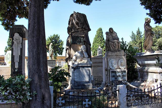 Cimitero di Quartu S.Elena – Monumento a un giovane studente e suoi genitori.