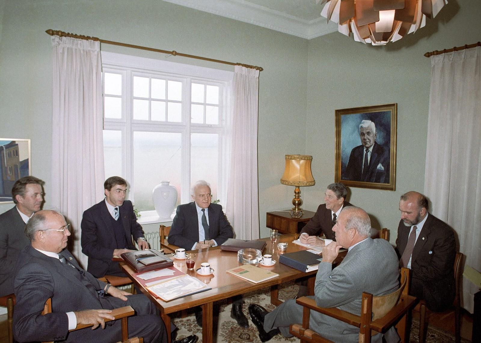 Генеральный секретарь ЦК КПСС Михаил Горбачев и президент США Рональд Рейган во время встречи на высшем уровне в Рейкьявике, Исландия, 11 октября 1986
