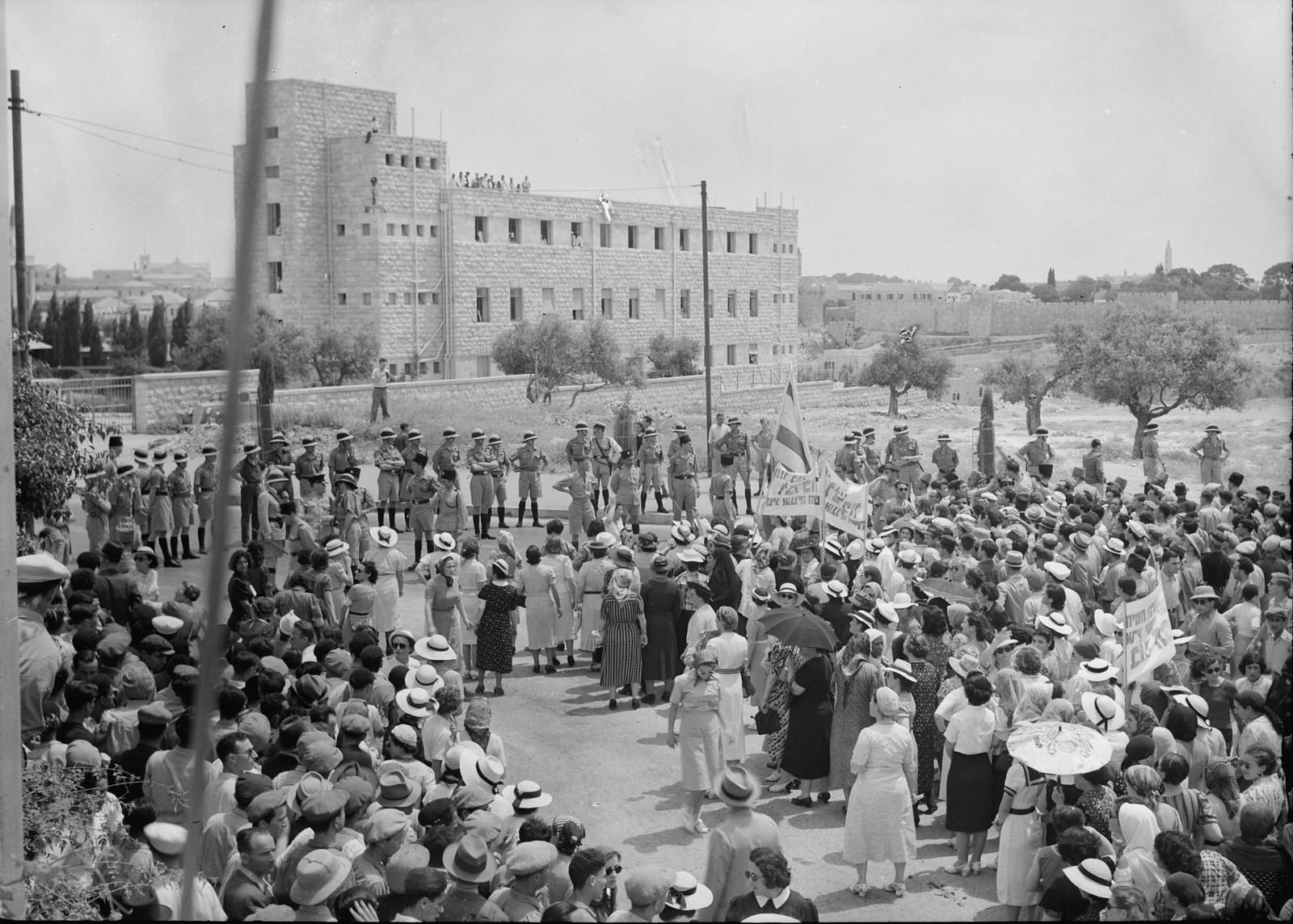14. Демонстрация, приближающаяся к отелю King David, остановлена кордоном полиции