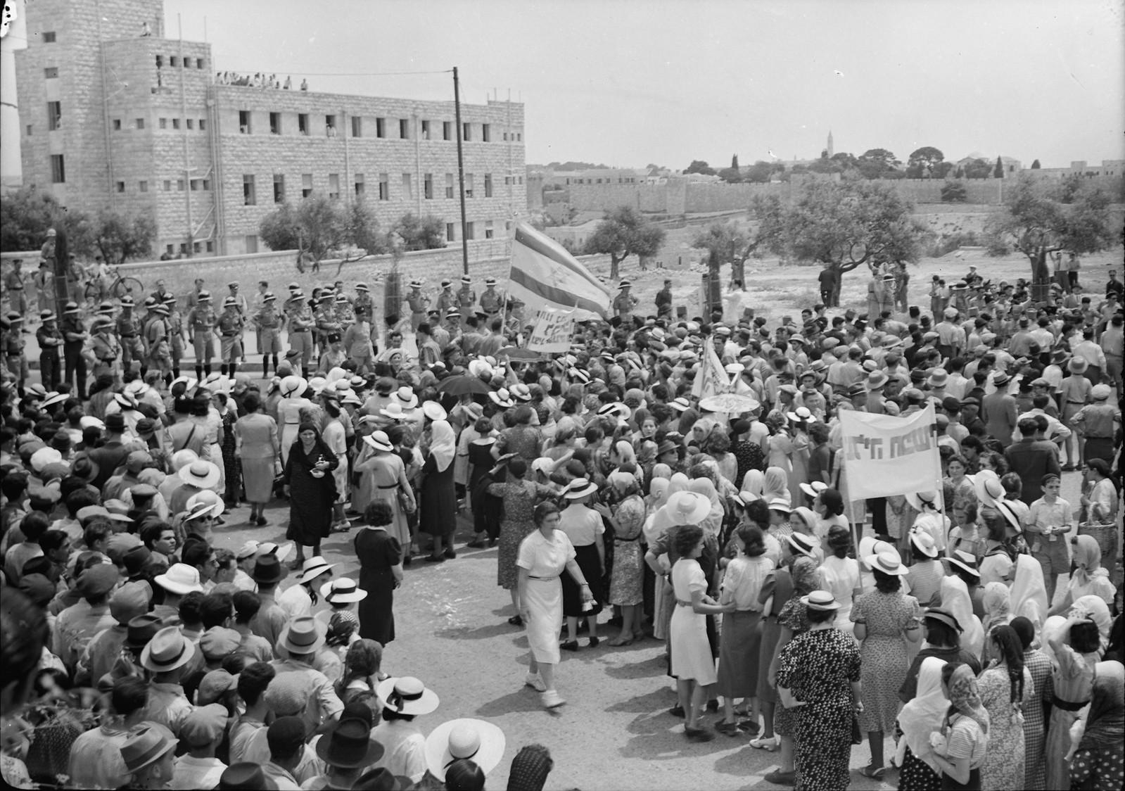 13. Демонстрация, приближающаяся к отелю King David, остановлена кордоном полиции