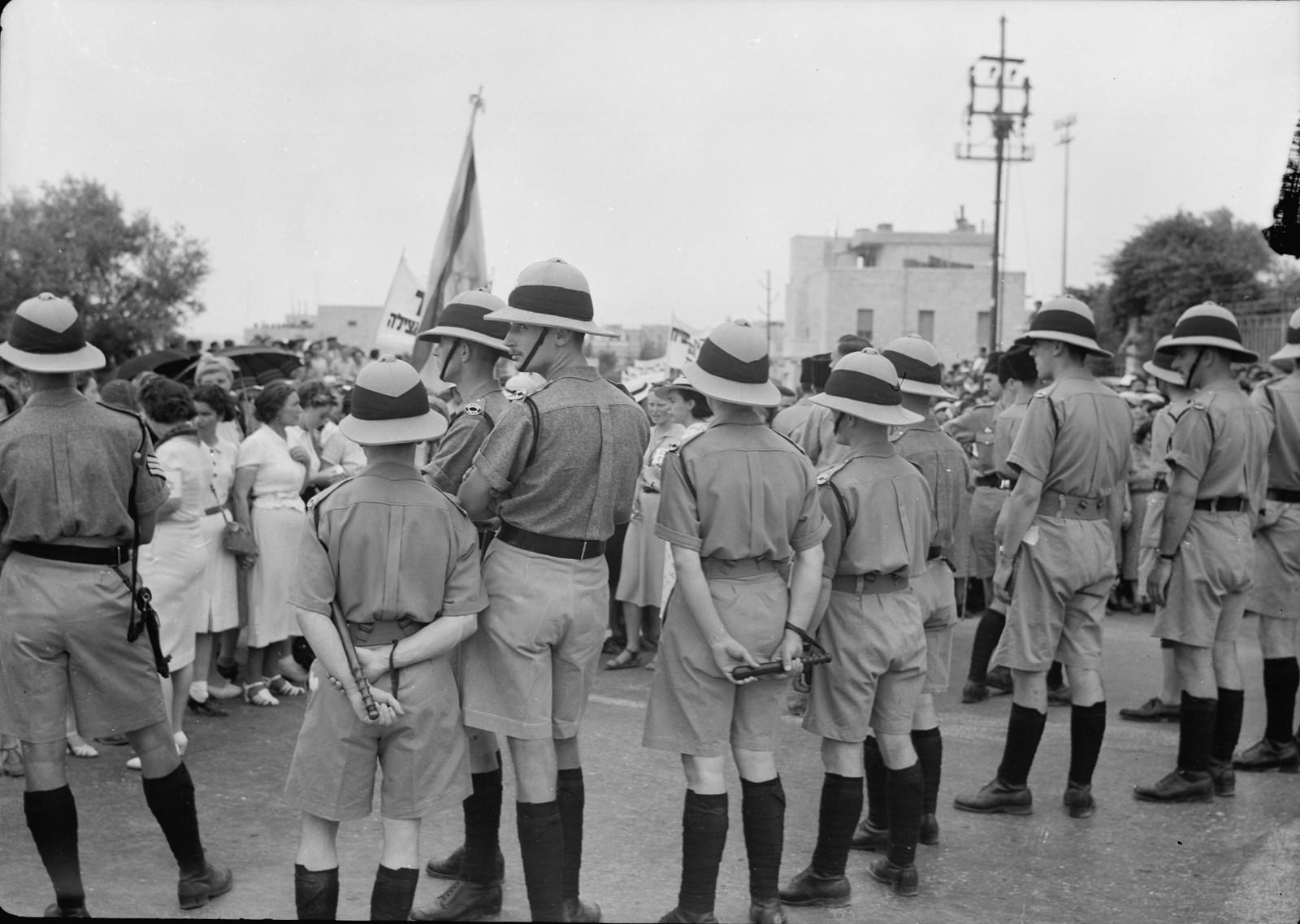 07. Британские констебли выстроились цепью, чтобы держать шествие в пределах предписанного маршрута