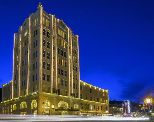 ashland springs hotel christmas holiday lights blue hour al case oregon star yellow nikon z 50 z50 nikkor 1650mm buildings landscape light trails