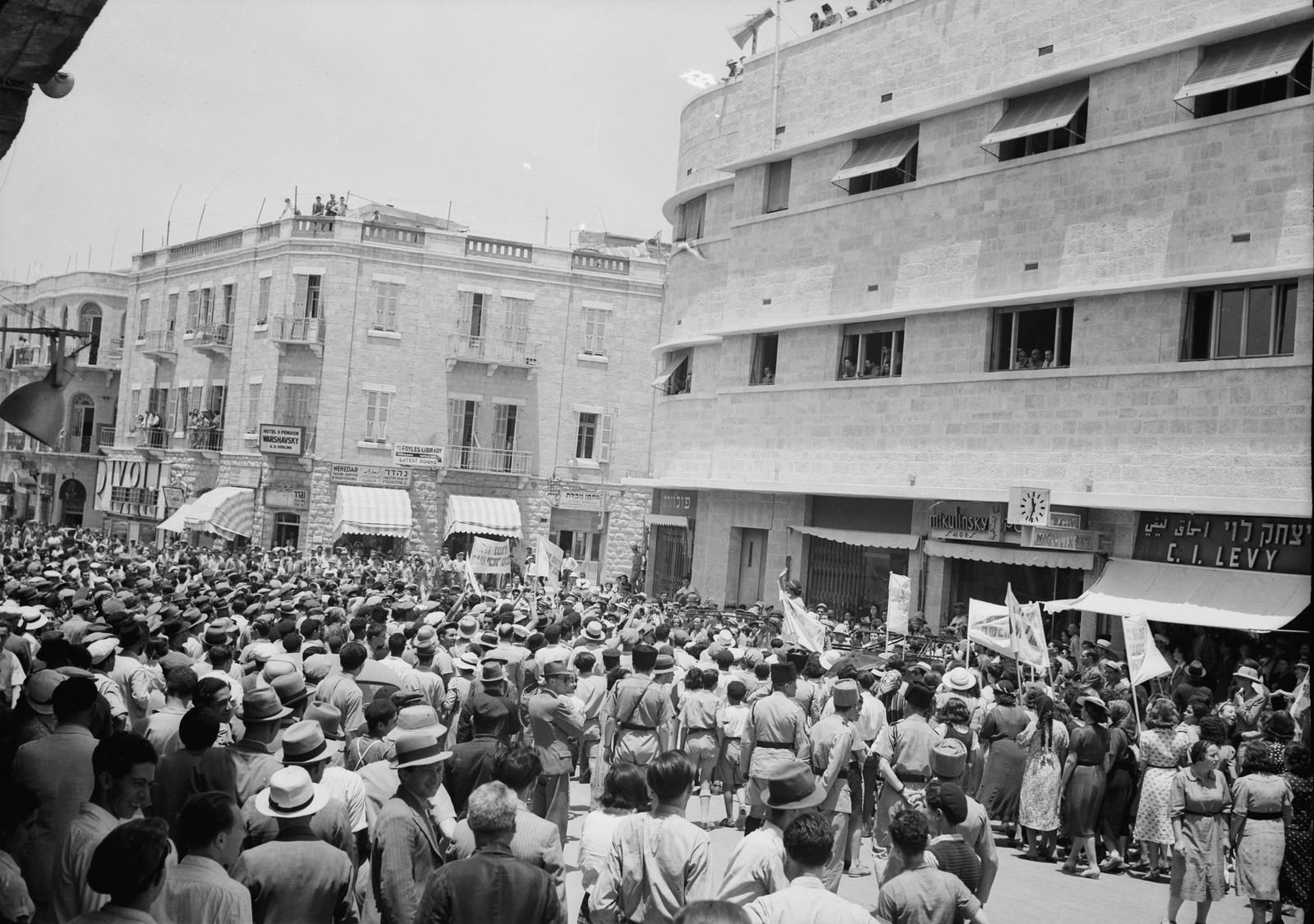 15. Демонстрация перед районными отделениями на Яффской дороге, когда одна из молодых женщин решительно осуждала политику британского правительства