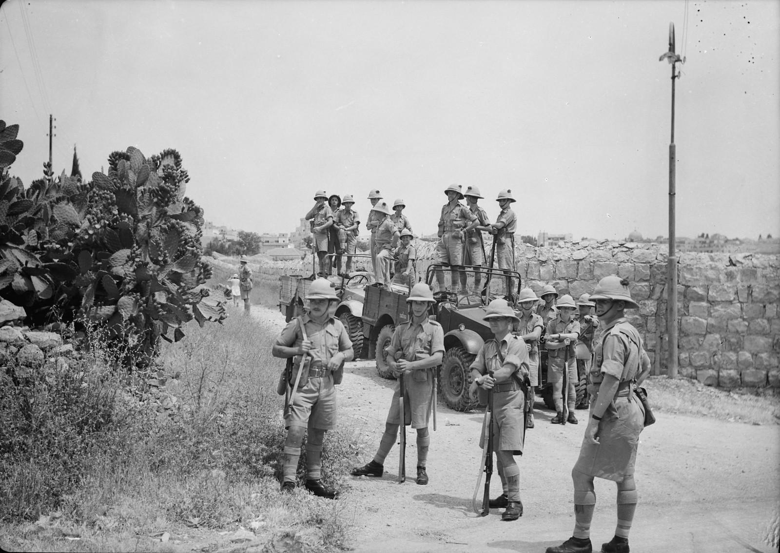 09. Британские войска в резерве за изгородью из кактусов рядом с улицей Кинг-Джордж
