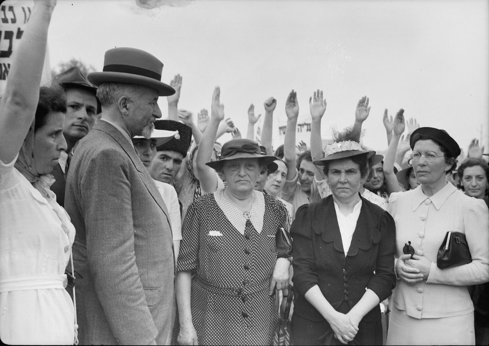 02. Делегация женщин, активисток Женской рабочей группы, которые несли «Протест» главному секретарю