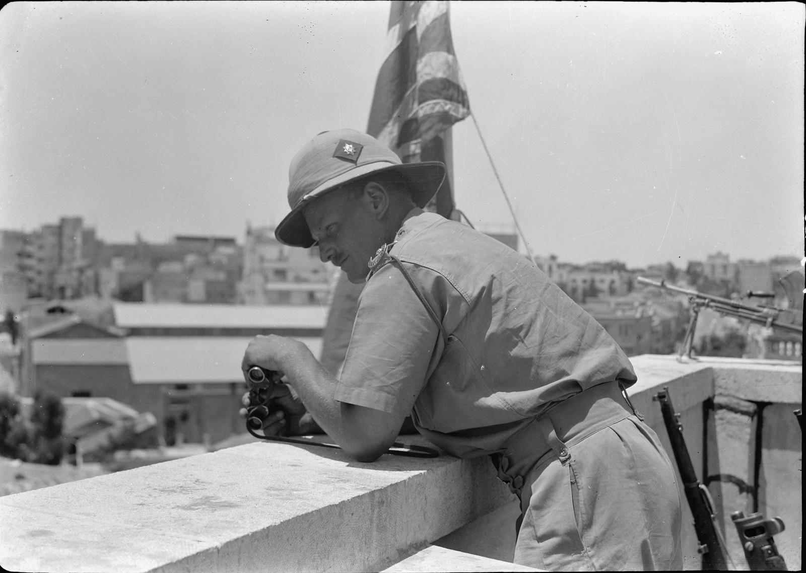 12. Офицер с крыши смотрит на шествие демонстрантов