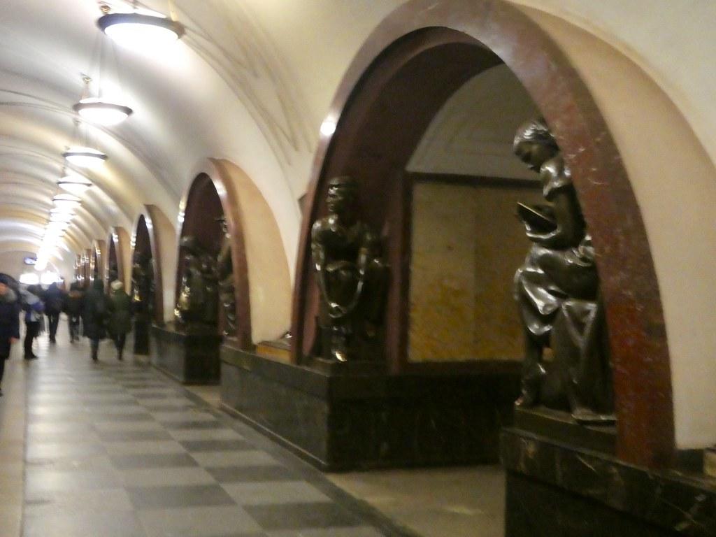 Ploshchad Revolyutsii Station, Moscow