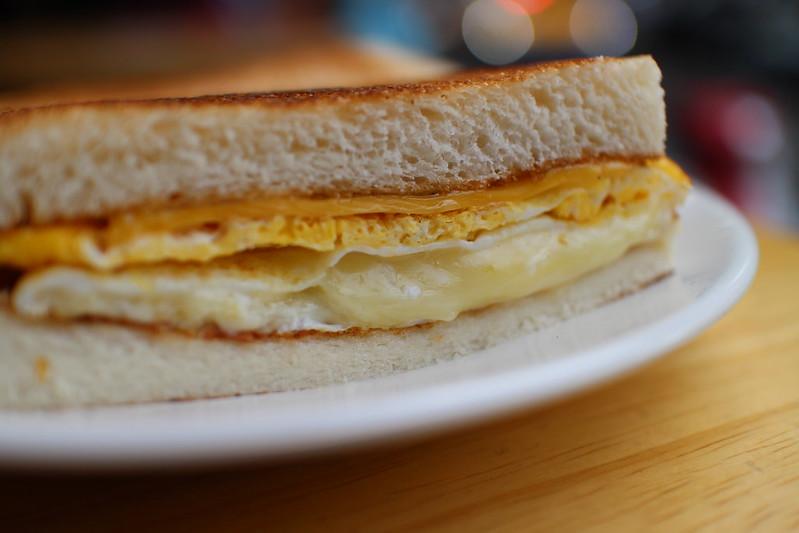 【真芳南西店】超好吃台北碳烤吐司早餐店,微焦蛋香與吐司的完美結合!必吃真芳三明治、蛋餅 @秤瓶樂遊遊