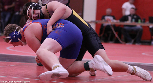 220 Semifinal - Nick McKenzie (New London-Spicer) 15-2 won by decision over Shane Noyes (Canby) 13-2 (Dec 14-7) - 191221amk0049