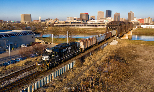 ns norfolk southern emd sd402 dayton ohio oh railroad rail road rails spot downtown district bridge sun sunny winter golden hour urban city miami river l10 local