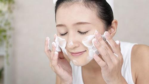 Vì sao bạn gái nên rửa mặt bằng sữa tươi