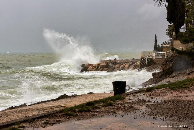 Razbijanje valova o stijene i obalu 21. 12. 2019. (4)
