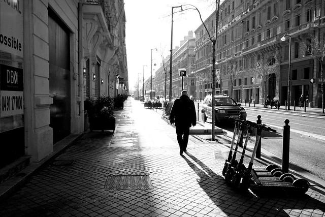 un marcheur entre ombre et lumière