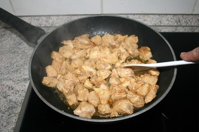 15 - Marinierte Hähnchenbrust anbraten / Fry diced chicken