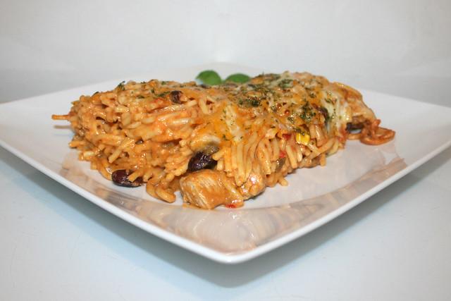 41 - Spaghetti pasta bake with chipotle honey lemon chicken - Side view / Spaghettiauflauf mit Chipotle-Honig-Limonen-Hähnchen - Seitenansicht
