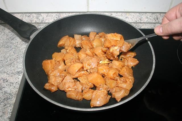 14 - Marinierte Hähnchenbrust in Pfanne geben / Put marinated diced chicken in pan