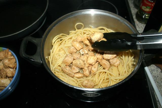 23 - Hähnchenbrustwürfel in Topf geben / Put diced chicken in pot