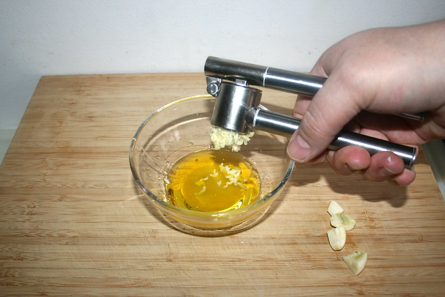 02 - Knoblauch dazu pressen / Squeeze garlic