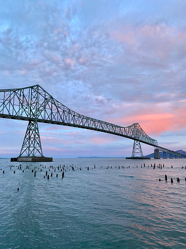 astoria astoriameglerbridge bridge columbiariver highway101 oregon pinksky shotoniphone shotoniphone11pro sky sunrise us101 water gittersteigen himmel