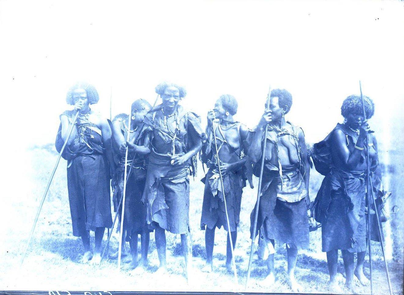 542. Группа женщин. Камбата