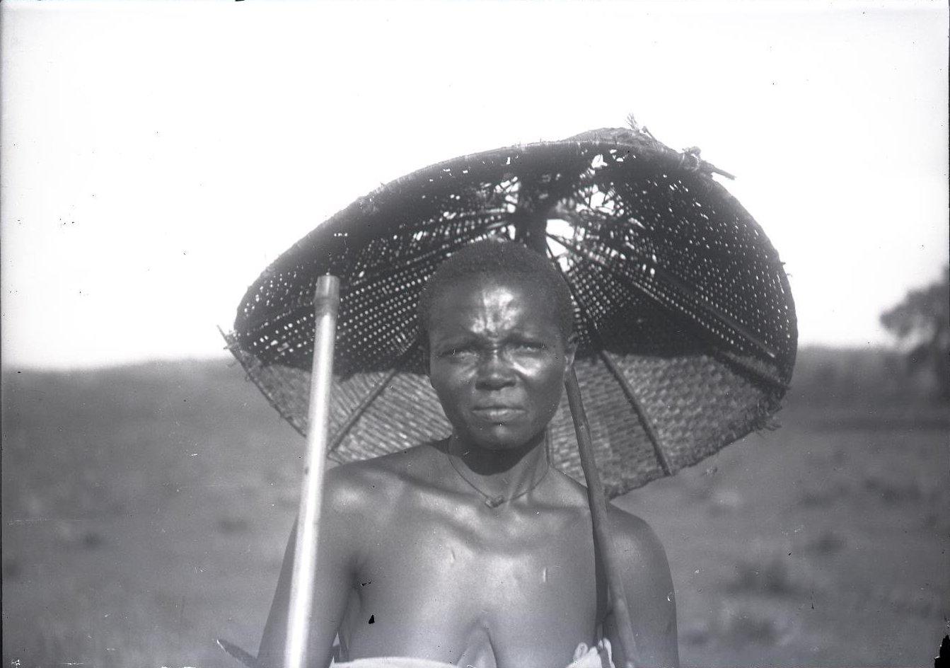 522. Жительница провинции Уоламо под зонтиком