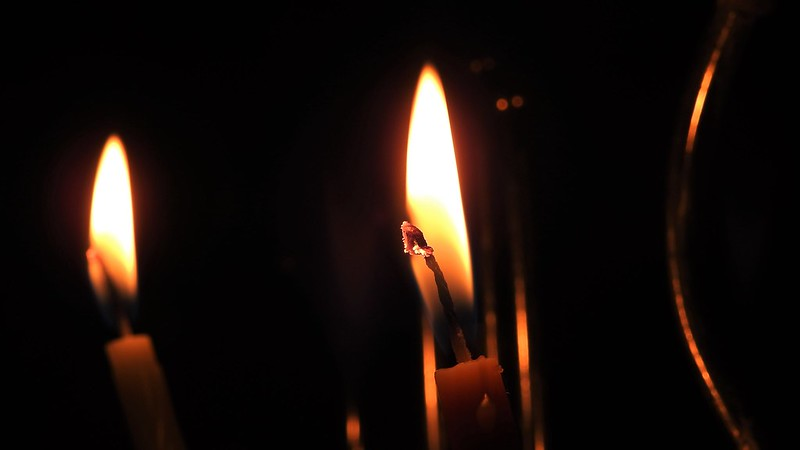 Первый день праздника Хануки, зажигается одна свеча