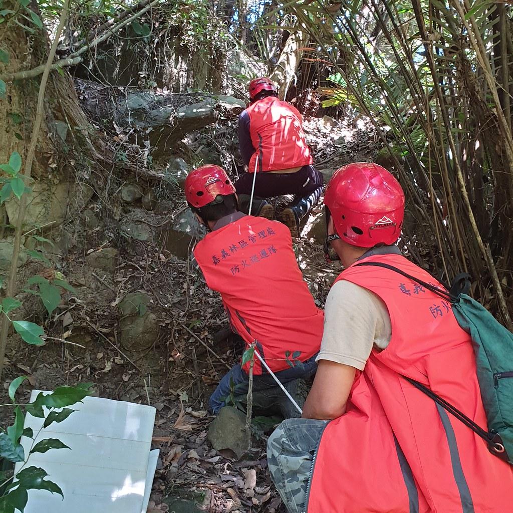 1.林管處人員需以繩索攀爬進行清潔非常不易_65019