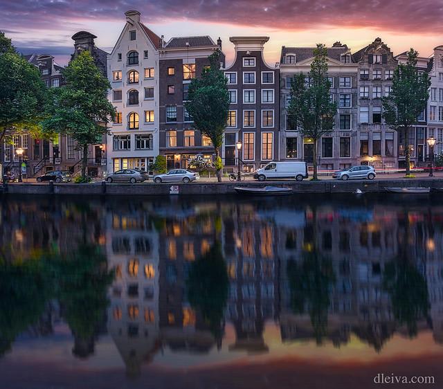 Reflejos del atardecer en el canal de Keizersgracht, Amsterdam