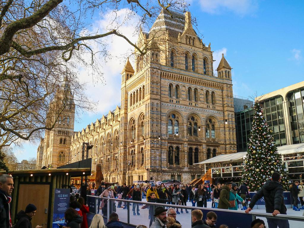 Pista de patinaje en el exterior del Museo de Historia Natural en Londres
