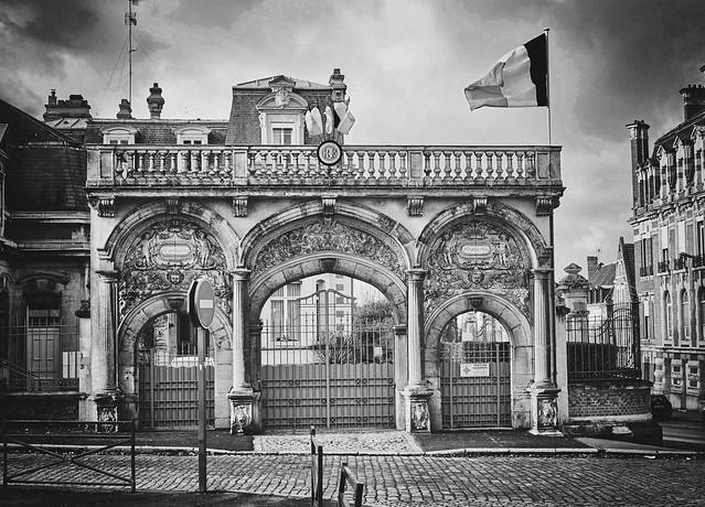 cambrai, le portail de la sous-préfecture