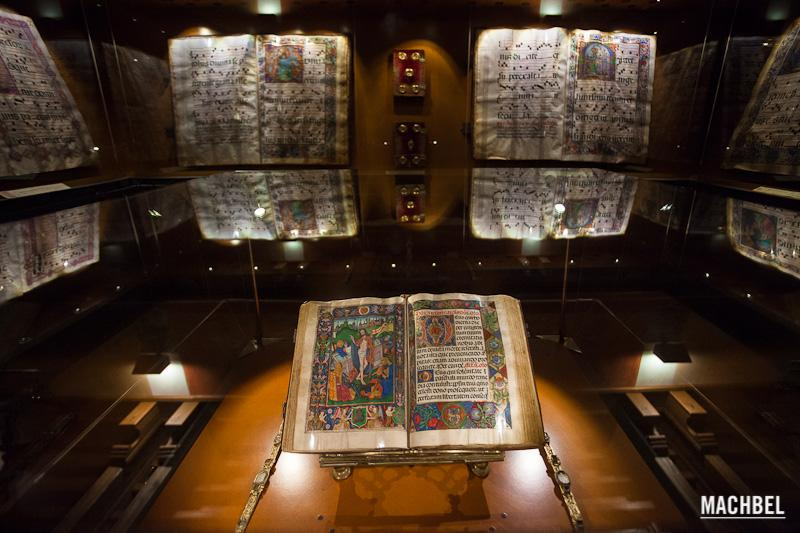 Libro-del-Prior-en-el-Real-Monasterio-de-Guadalupe-Visita-al-pueblo-de-Guadalupe-Extremadura.-Conjunto-histórico-artístico.-España