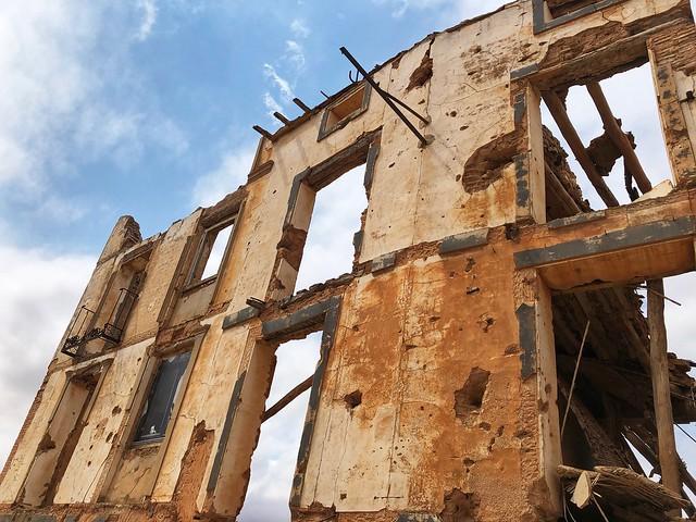 Fachada de Belchite viejo donde se aprecia el daño de los disparos y la metralla de la Guerra Civil Española