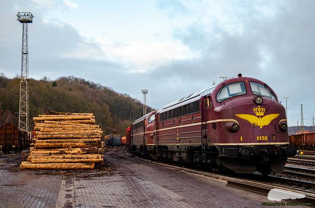 227 004-9 (MY 1138) u. 227 009-8 (MY 1151) mit Holzzug abgestellt im Rbf Eisenach am 23.12.2019