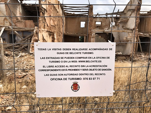 Cartel sobre las visitas guiadas a Belchite