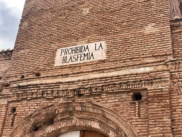 Arco de la Villa de Belchite Viejo con el mensaje PROHIBIDA LA BLASFEMIA