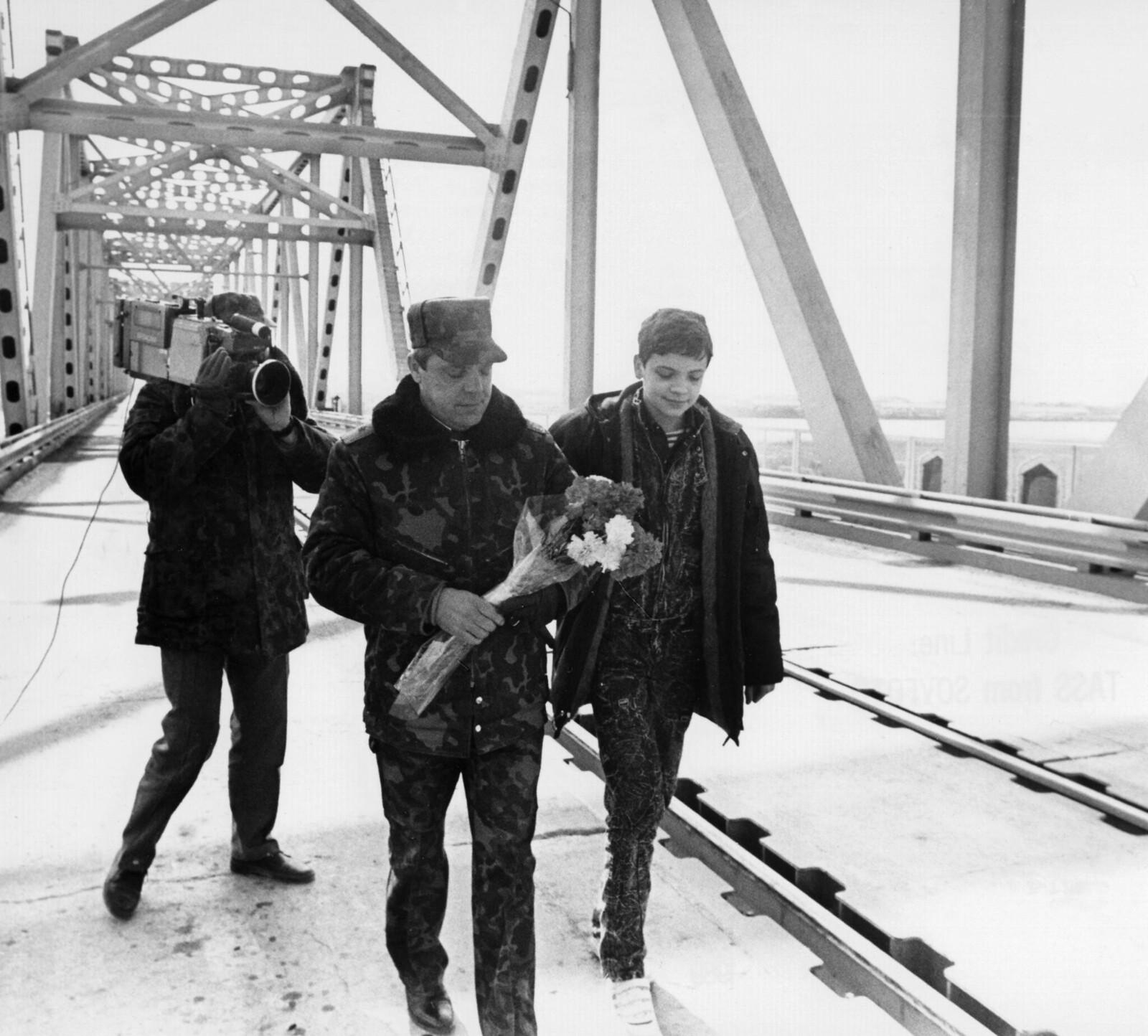 Последний солдат покидает Афганистан. Борис Всеволодович Громов последним пересек советско-афганскую границу через 960-метровый мост через реку Амударья в районе города Термез, Узбекистан, 15 февраля 1989. Громова встречает его сын, Максим