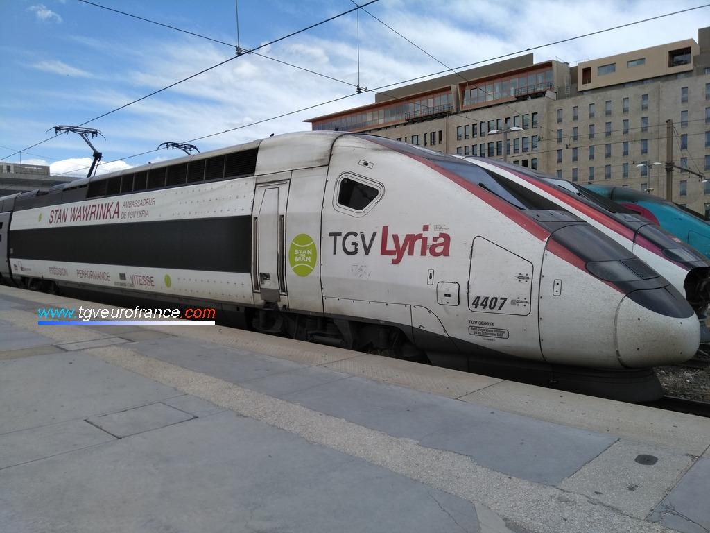 Le TGV Lyria 4407 arborant un pelliculage aux couleurs du joueur de tennis suisse Stan Wawrinka