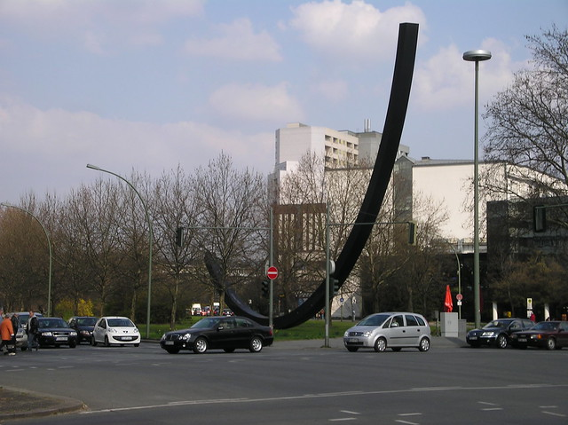 1987 Berlin-W. Bogen 124.5 Grad von Bernar Venet Cortenstahl An der Urania 17 in 10787 Schöneberg