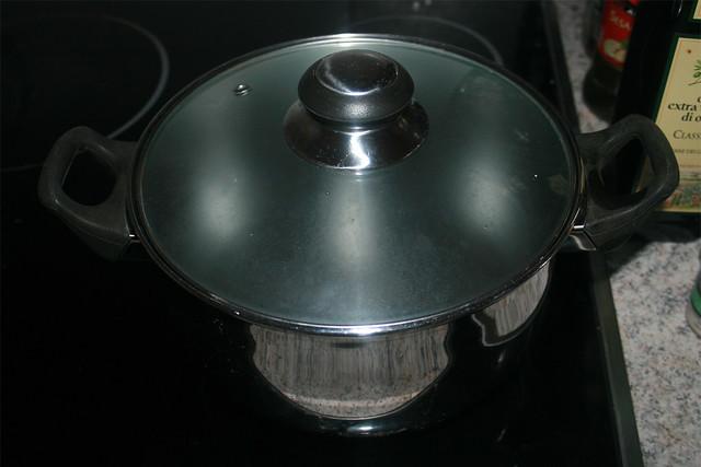 02 - Wasser in Topf zum kochen bringen / Bring water to a boil