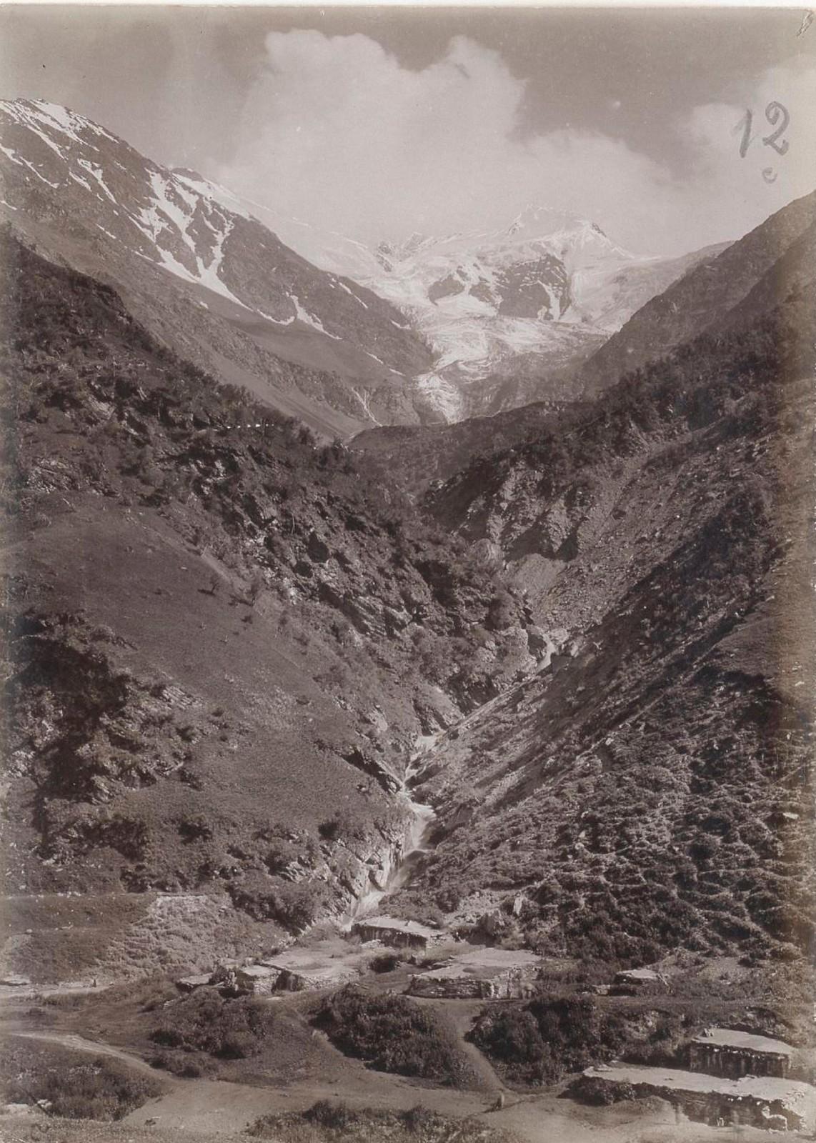 16. Восточный Кавказ. Доносмта (4176 м), вид от хижин в долине Доной-лам. Июль