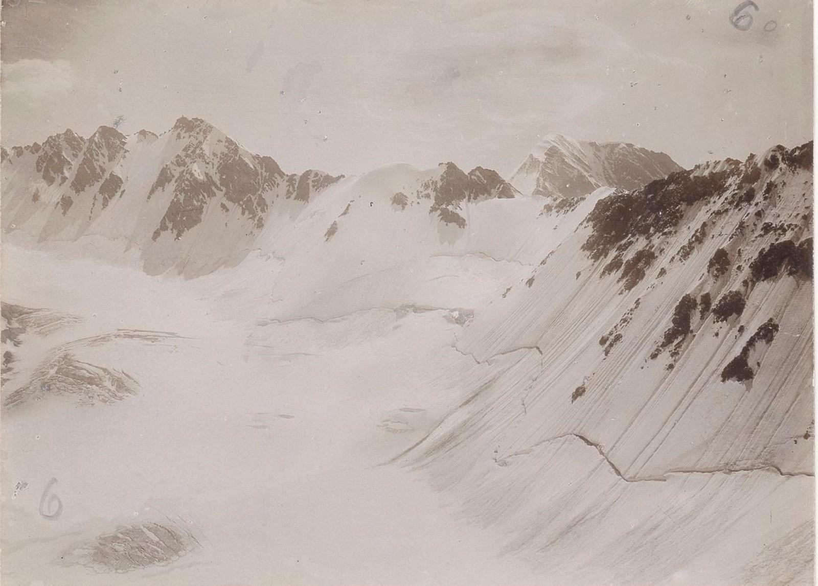 12. Восточный Кавказ. Ледник перевала Катчу (3550 м) с вершины Датах-Корт